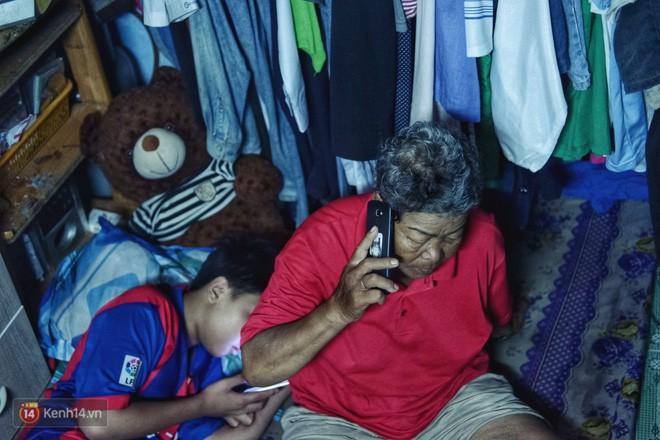 Cụ bà 73 tuổi chạy xe ôm công nghệ để nuôi cháu ở Sài Gòn: Nhiều khi buồn tủi lắm, dính mưa là về bệnh nằm luôn... - Ảnh 2.