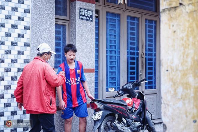 Cụ bà 73 tuổi chạy xe ôm công nghệ để nuôi cháu ở Sài Gòn: Nhiều khi buồn tủi lắm, dính mưa là về bệnh nằm luôn... - Ảnh 7.
