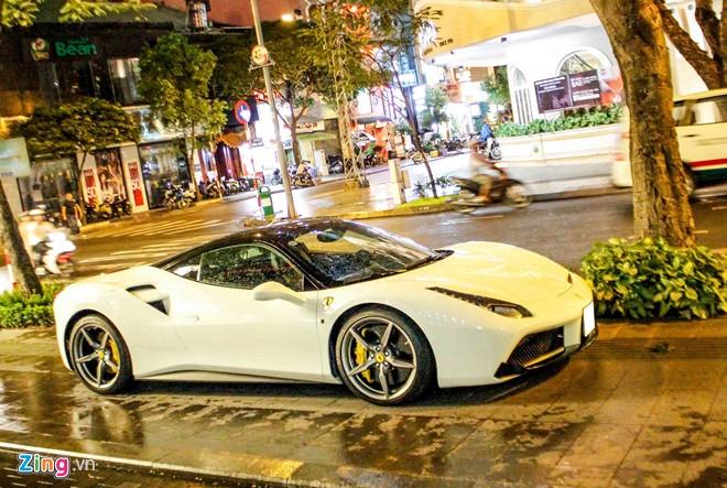 Đây là chiếc Ferrari 488 GTB màu trắng đầu tiên tại Việt Nam, được đưa về nước hồi cuối tháng 2 năm nay. Sau thời gian dài nằm tại showroom chờ khách, siêu xe này mới xuất hiện trong garage của doanh nhân Nguyễn Quốc Cường. Ferrari 488vài lần xuất hiện trên phố cùng doanh nhân phố núi.