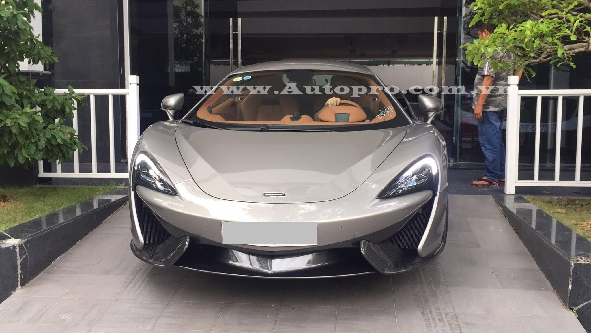 Vào trưa qua, giới mê xe lại một lần nữa dậy sóng hình ảnh chiếc siêu xe McLaren 570S xuất hiện trong garage của doanh nhân Quốc Cường.