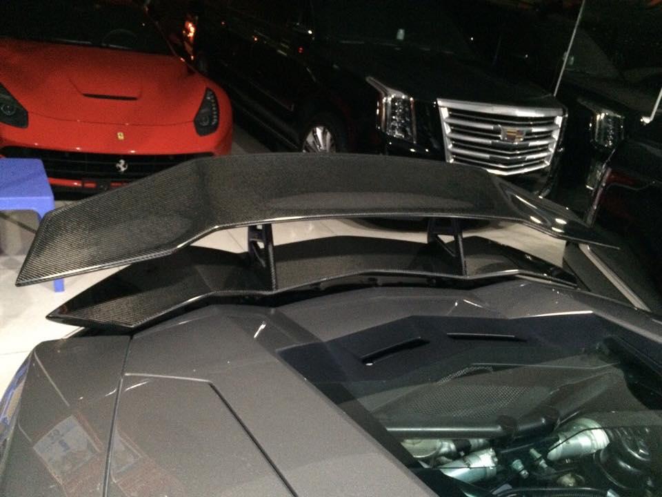 Ở bản độ của mình, DMC trang bị cho siêu xe Aventador body kit mới với cánh lướt gió phía trước, bên hông và cản va sau thiết kế lại với điểm nhấn sử dụng chất liệu sợi carbon. Một cánh gió cỡ lớn phía đuôi xe ngoài tác dụng khí động học cho xe chạy ở vận tốc cao còn mang đến vẻ hầm hố cho siêu xe Aventador độ DMC.