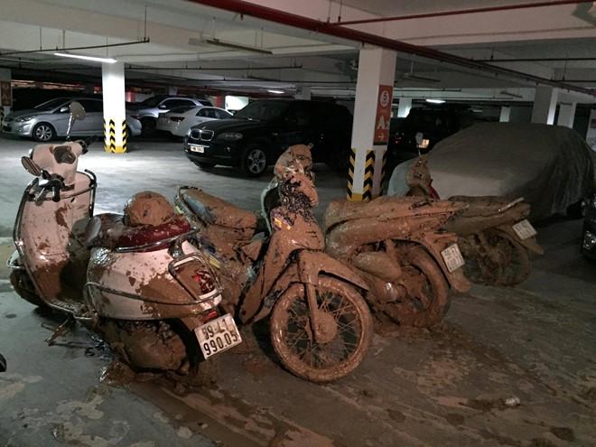 Hàng trăm khối bùn đất đổ tràn qua tầng hầm B2, vùi lấp 19 xe máy và 2 ôtô.