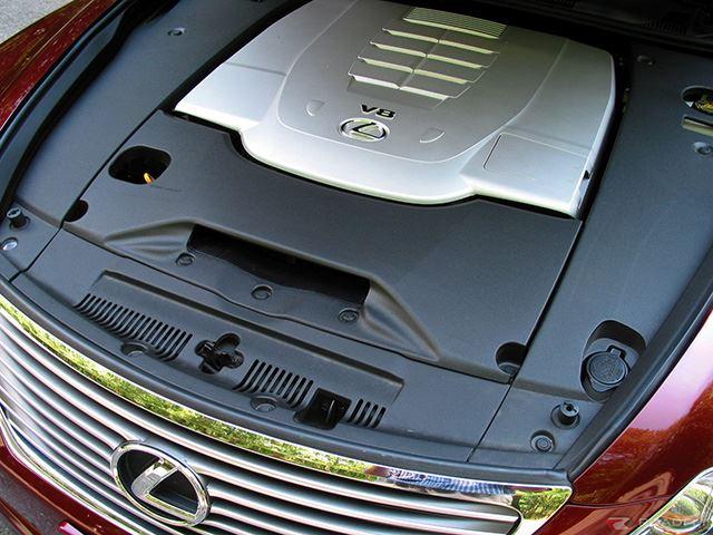 Lexus với nắp động cơ bằng nhựa che đi toàn bộ phần phía dưới.