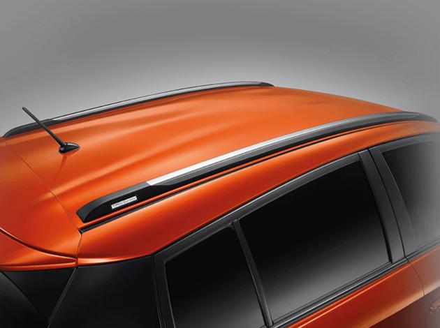 Tông xuyệt tông với lưới tản nhiệt là chắn bùn và viền hốc bánh màu đen. Để tạo hình ảnh năng động hơn cho Yaris TRD Sportivo 2016, hãng Toyota còn bổ sung thêm giá chằng đồ màu bạc trên nóc xe.