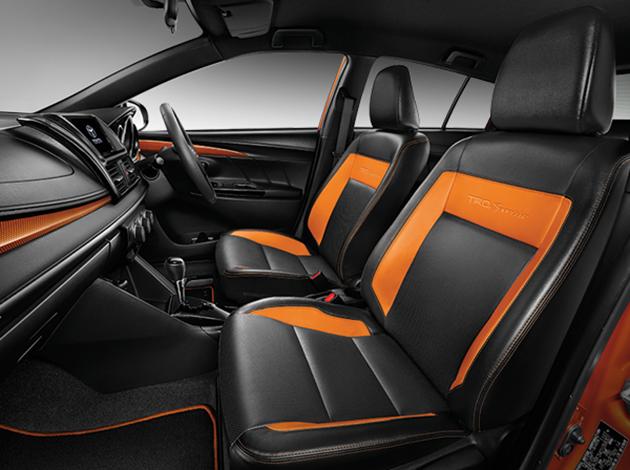 Bên trong Toyota Yaris TRD Sportivo 2016 có bộ ghế bọc da hai màu đen và cam thay vì loại bọc nỉ tiêu chuẩn. Bản thân thảm sàn và mặt trong cửa cũng có hai màu tương tự. Thảm sàn còn đi kèm logo TRD Sportivo như dấu hiệu nhận biết.