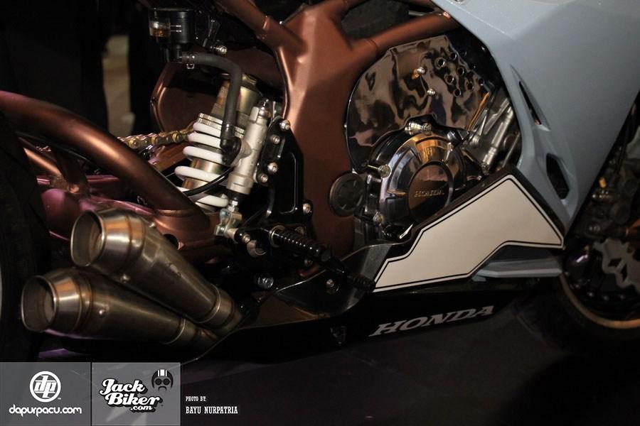 Ngắm Honda CBR250RR bản độ chính hãng cực chất với tông màu đồng/trắng 13