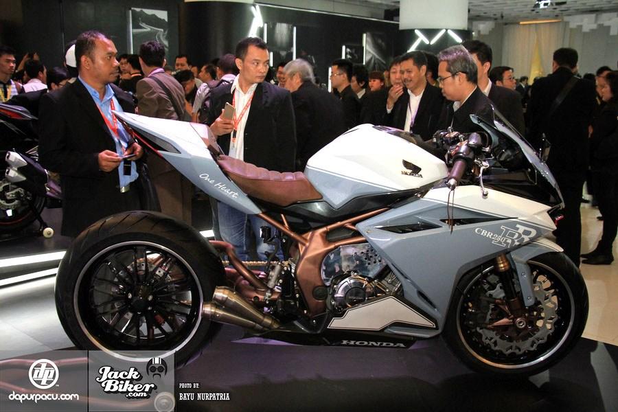 Ngắm Honda CBR250RR bản độ chính hãng cực chất với tông màu đồng/trắng 3