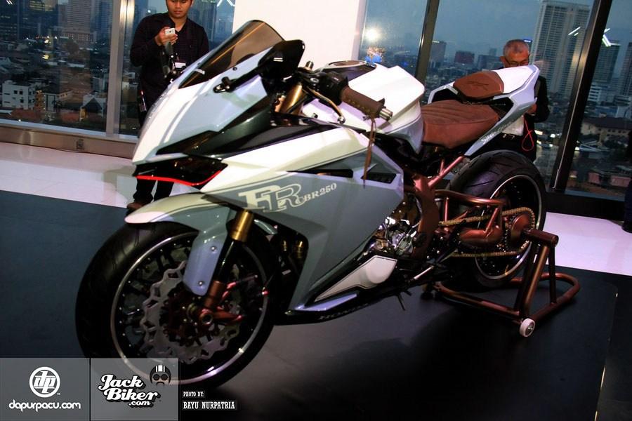 Ngắm Honda CBR250RR bản độ chính hãng cực chất với tông màu đồng/trắng 1