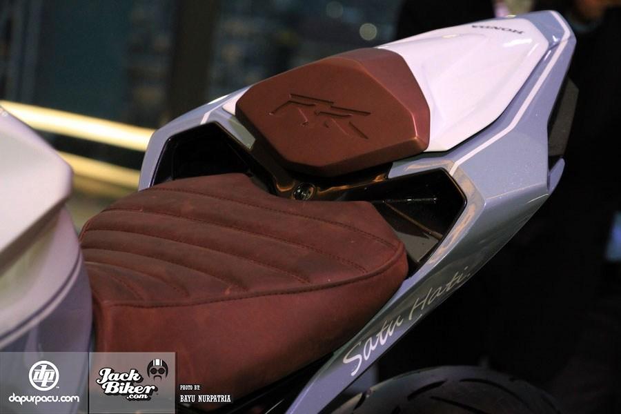 Ngắm Honda CBR250RR bản độ chính hãng cực chất với tông màu đồng/trắng 7