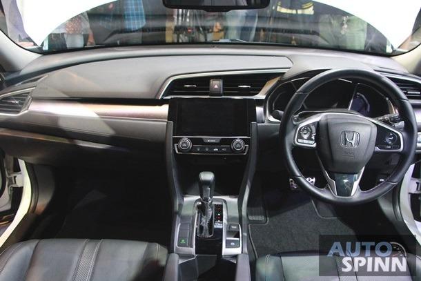 Bản 1.8 EL sẽ có thêm hệ thống kiểm soát hành trình, đèn pha tự động, khóa cửa tự động Walk Away Auto Lock khi thấy chìa khóa cách xa xe, ghế người lái chỉnh điện 8 hướng, ghế bọc da, màn hình LCD màu trên cụm đồng hồ, hệ thống thông tin giải trí với màn hình cảm ứng 7 inch, ứng dụng Apple CarPlay và Siri Eyes Free, dàn âm thanh 8 loa cùng camera chiếu hậu.