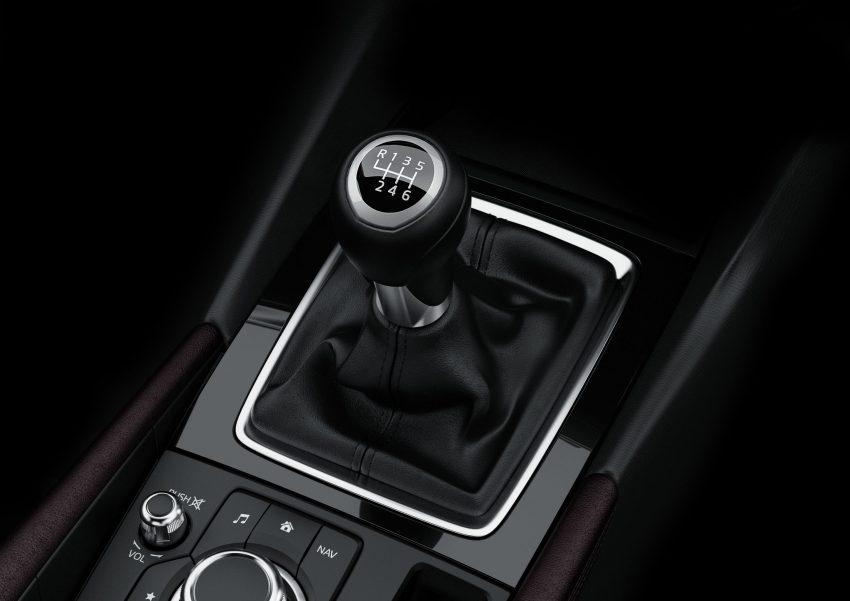Thứ ba là động cơ xăng SkyActiv-G, dung tích 1,5 lít. Thứ tư là hệ dẫn động SkyActiv-Hybrid với động cơ xăng 2.0 lít và công nghệ hybrid lấy từ Toyota Prius. Tùy thuộc vào từng động cơ, Mazda3 nâng cấp sẽ sử dụng hộp số tự động SkyActiv-Drive 6 cấp và hộp số sàn SkyActiv-MT. Riêng hệ dẫn động hybrid sẽ kết hợp với hộp số E-CVT.