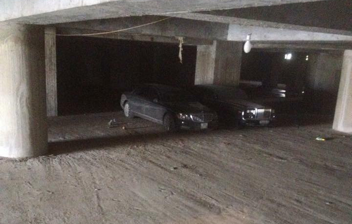 Maybach 62S (trái) cùng Rolls-Royce Phantom trú tại một hầm đỗ xe khá lạnh lẽo được cho tại Ninh Bình. Ảnh: Ninh Bình Cars.