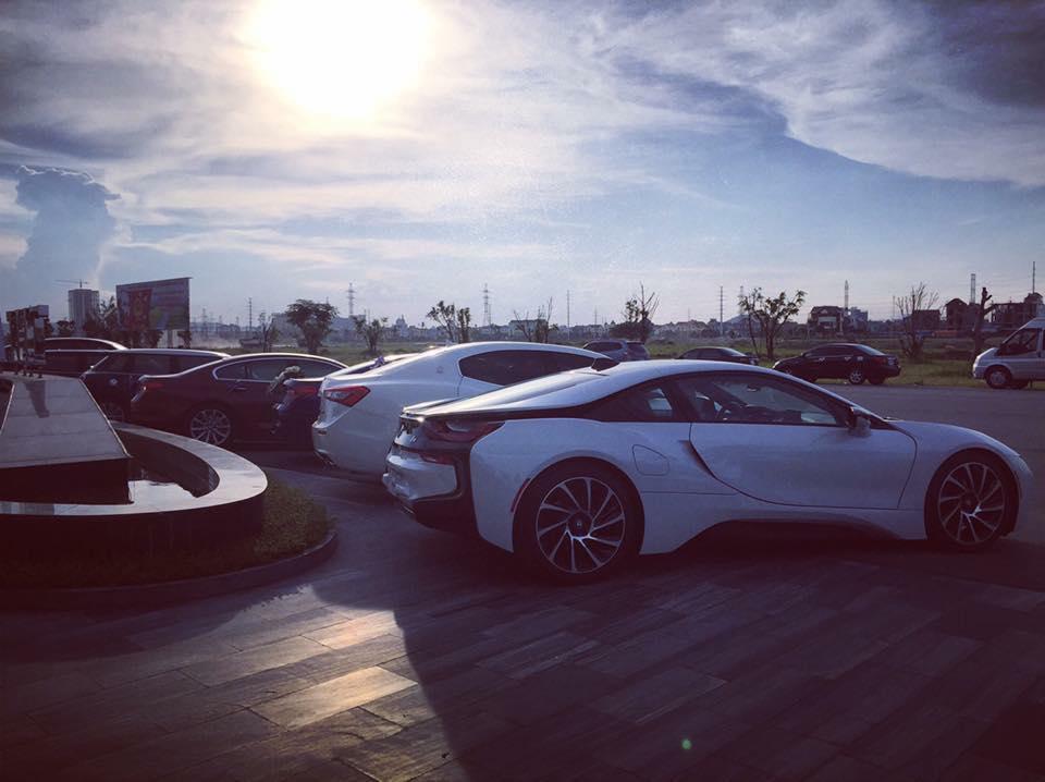 Để mừng ngày trọng đại của của một thành viên câu lạc bộ BMW Việt Nam, gần 20 chiếc xe sang đã có màn hội tụ ấn tượng tại trung tâm hội nghị thuộc vào diện lớn nhất ở Ninh Bình. Trong đoàn xế khủng có sự xuất hiện của chiếc xe thể thao hàng hot BMW i8 mang gam màu trắng muốt.
