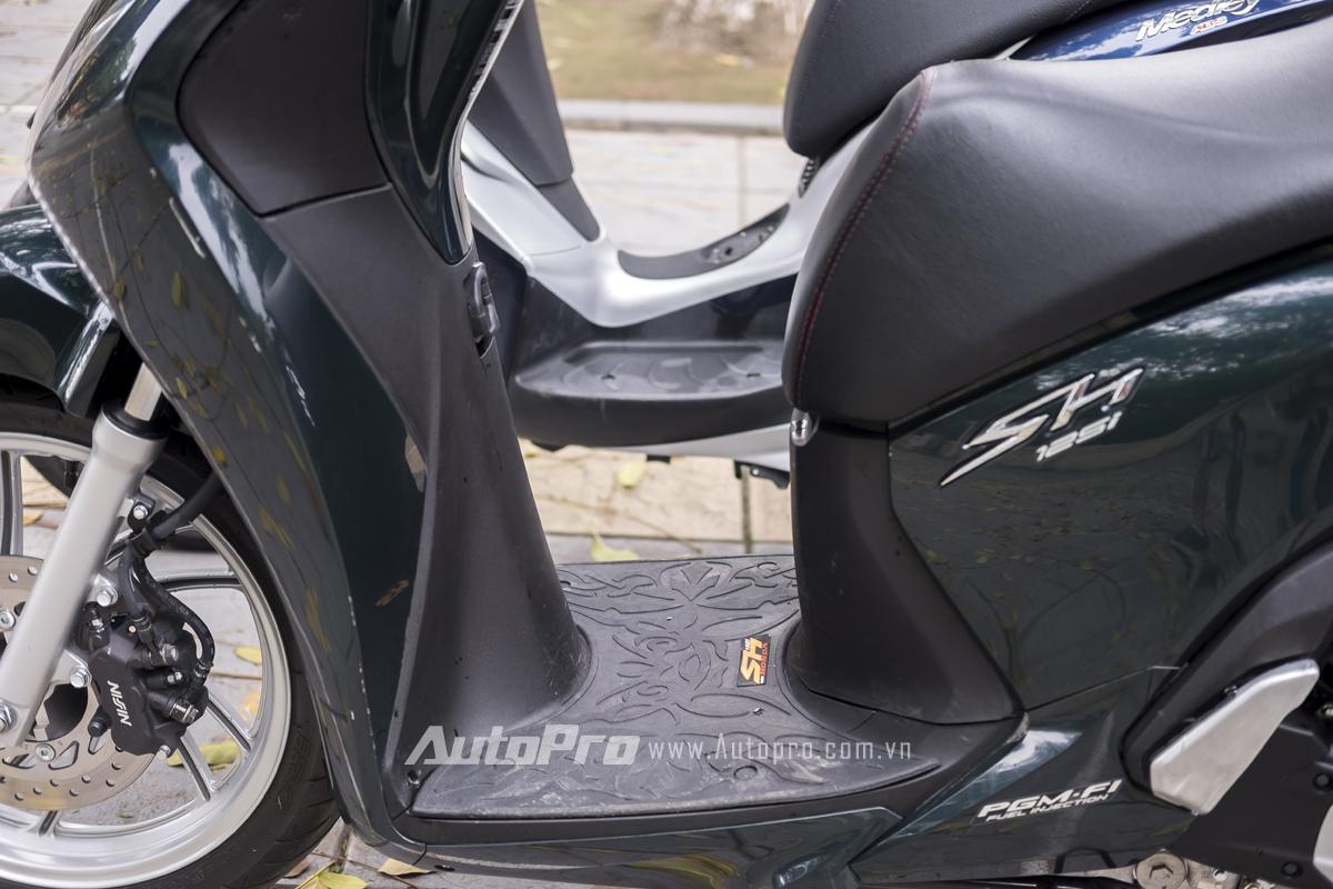 Sàn để chân của Honda SH có phần rộng rãi hơn Piaggio Medley nhưng Piaggio Medley lại ghi điểm mạnh với cốp xe thể tích 37 lít - lớn nhất trong phân khúc xe tay ga bánh lớn cao cấp hiện nay.