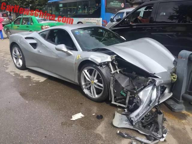 Chiếc Ferrari 488 GTB màu bạc bị nát đầu.