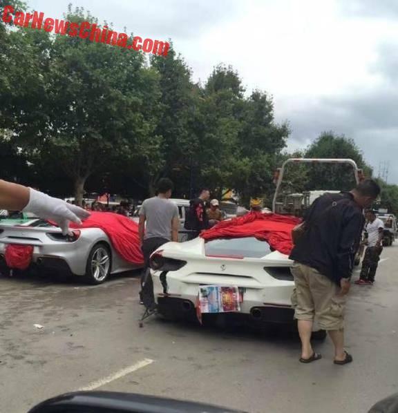 Cả hai chiếc siêu xe nhanh chóng được trùm bạt.
