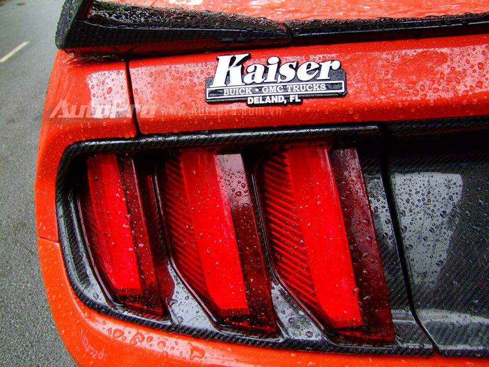 Chiếc Ford Mustang 2015 này sử dụng khối động cơ EcoBoost, 4 xi-lanh, tăng áp, dung tích 2,3 lít, sản sinh công suất tối đa 310 mã lực, tuy nhiên những người thợ Việt đã tinh chỉnh lại giúp công suất tăng thêm 20 mã lực lên thành 330 mã lực. Mô-men xoắn cực đại 434 Nm. Hộp số tự động 6 cấp.