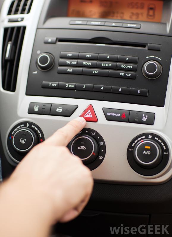 Nút bật đèn cảnh báo nguy hiểm (Hazard Light) trên xe ô tô.