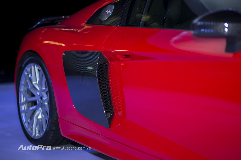 Hốc gió 2 bên thân xe cũng được làm bằng carbon.