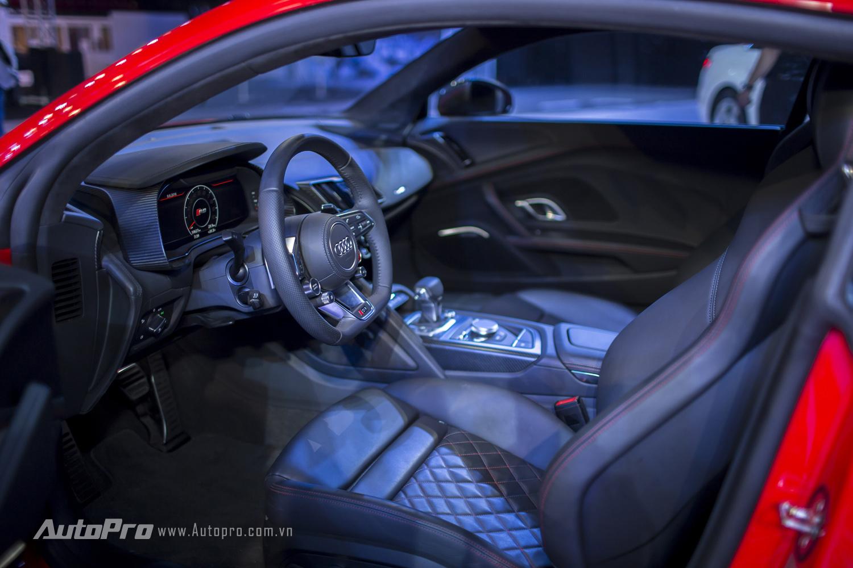 Nội thất bên trong Audi R8 V10 Plus được bọc da đen với ghế thể thao cùng những đường chỉ khâu đỏ nổi bật.