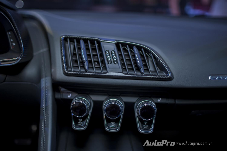 Audi R8 V10 Plus là mẫu xe thể thao thuần chất nên có thiết kế đơn giản và thực dụng ở bên trong nội thất.