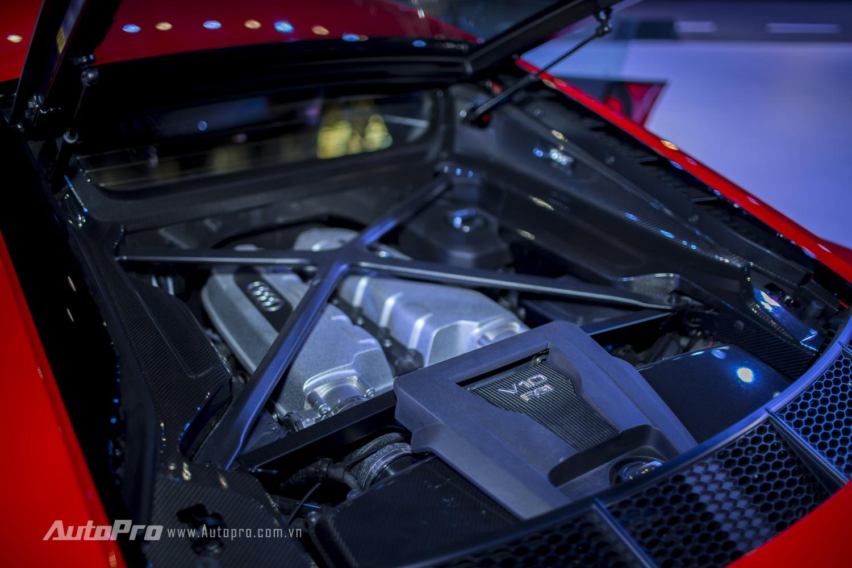 Bên dưới nắp máy phía sau xe là khối động cơ V10 FSI có khả năng sản sinh công suất tối đa 610 mã lực và mô-men xoắn cực đại 540 Nm.