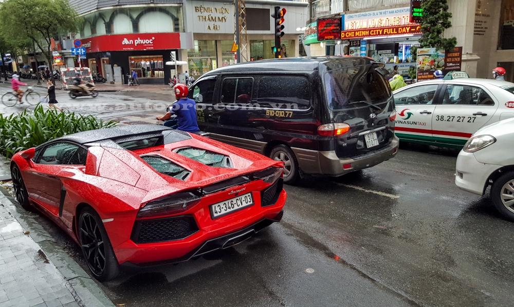 Sau nhiều lần dạo chơi tại Hải Phòng, Hà Nội và Đà Nẵng, chiếc Lamborghini Aventador LP700-4 mui trần đầu tiên tại Việt Nam cuối cùng đã được vận chuyển vào Sài thành vào đầu tháng 8 vừa qua. Từ đó đến nay, siêu bò thường xuyên được cho đi dạo phố.