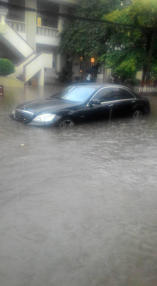 """Mưa bão, xe sang Mercedes S63 AMG """"chết đuối"""" tại Hà Nội 2"""