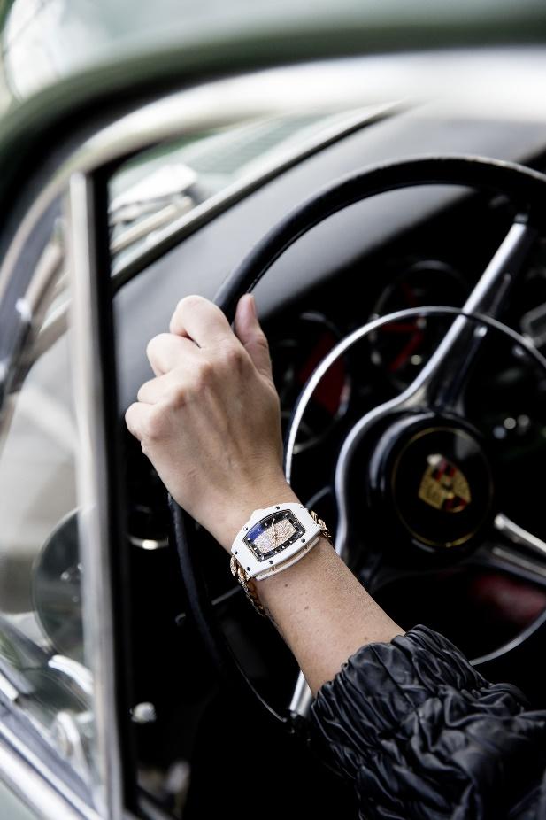 Chính vì lẽ đó, những chiếc đồng hồ Richard Mille có giá hàng trăm nghìn USD cũng đã đồng hành cùng các tay đua nữ. Trong ảnh là chiếc RM 07-01 Ladies cùng tay đua đang điều khiển chiếc Porche 356.
