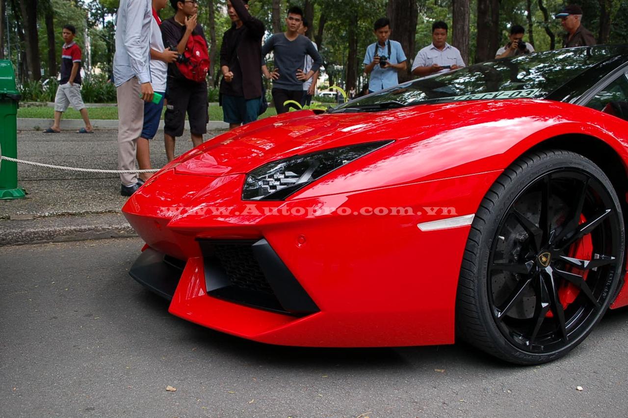 Lamborghini Aventador LP700-4 Roadster được đưa về nước có ngoại thất đỏ bắt mắt. Cùm phanh cũng được sơn màu đỏ tạo điểm nhấn cho bộ la-zăng 5 chấu kép thể thao đen bóng.