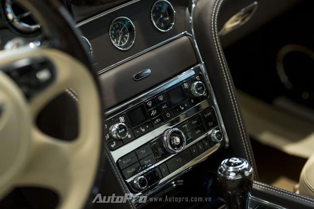Các nút bấm điều khiển trung tâm được làm vuông vắn rất lịch sự và trang trọng. Những đường viền mạ crôm càng tôn lên vẻ lịch lãm cho không gian nội thất bên trong Bentley Mulsanne Speed 2016.