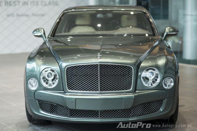 Động cơ cho phép Bentley Mulsanne Speed 2016 tăng tốc từ 0 lên 100 km/h trong 4,9 giây trước khi đạt tốc độ tối đa 305 km/h.