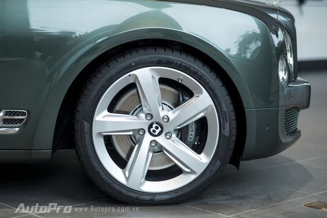 Xe được trang bị vành hợp kim 21 inch với thiết kế 5 cánh xoắn theo 2 chiều khác nhau, phụ thuộc vào bên phải hay trái thân xe.