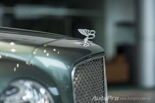 Ngay phía trước nắp ca-pô là biểu tượng Flying B của Bentley.