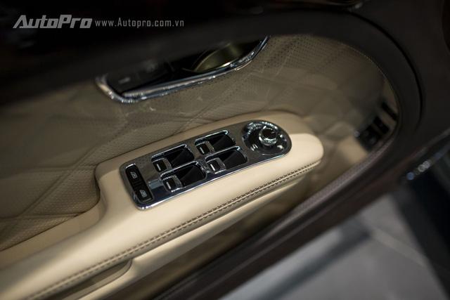 Các chi tiết trên xe đơn giản như nút bấm điều khiển kính điện hay gương điện cũng đều được mạ crome tạo cảm giác sang trọng.