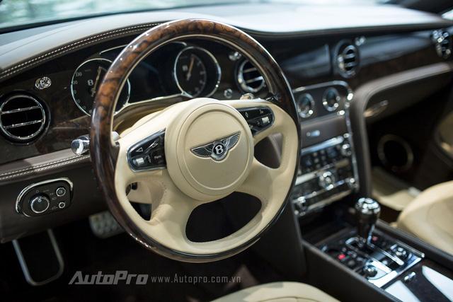Vô-lăng 4 chấu kết hợp giữa chất liệu da bò đực và gỗ óc chó đảm bảo sự sang trọng cần thiết cho một chiếc Bentley Mulsanne Speed 2016.
