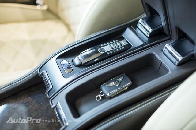 Bệ tì tay cho lái xe có hộc để chứa những vật dụng cần thiết.