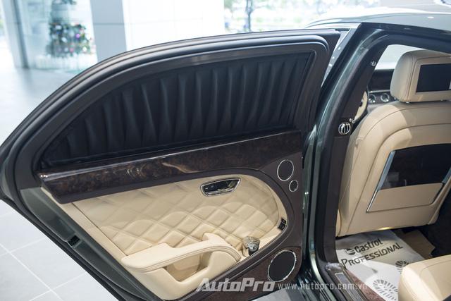 Xe được trang bị rèm cửa điều khiển điện cùng nhiều tiện ích khác như hộc để gạt tàn mạ crôme sang trọng.