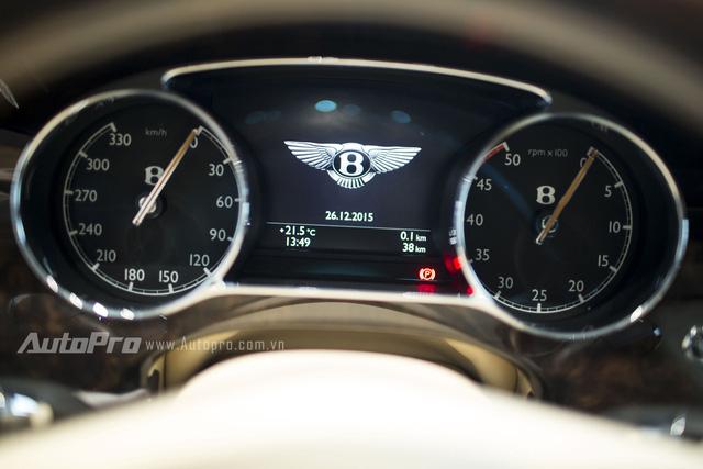 Bảng táp-lô phía sau vô-lăng với thông số tốc độ và vòng tua được hiện thị bằng đồng hồ cơ. Một màn hình điện tử hiển thị các thông số chung của xe.