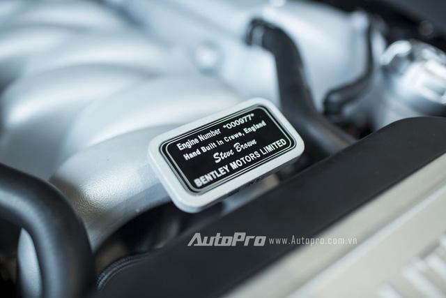 Động cơ chuyên biệt được chính tay chuyên gia kỹ thuật ký tên cùng số hiệu xuất xưởng.