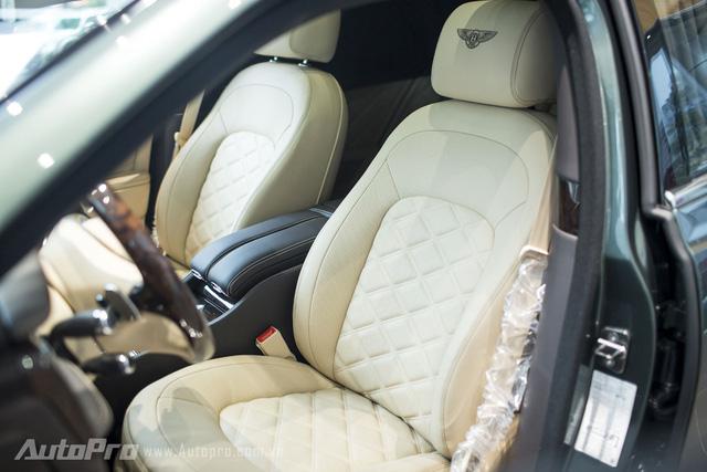 Ghế lái kiểu thể thao được làm từ da bò đực cùng vân dập nổi hình thoi thửa riêng cho đại gia Việt.