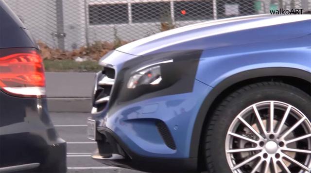 Cụm đèn pha được ngụy trang của Mercedes-Benz GLA 2017.