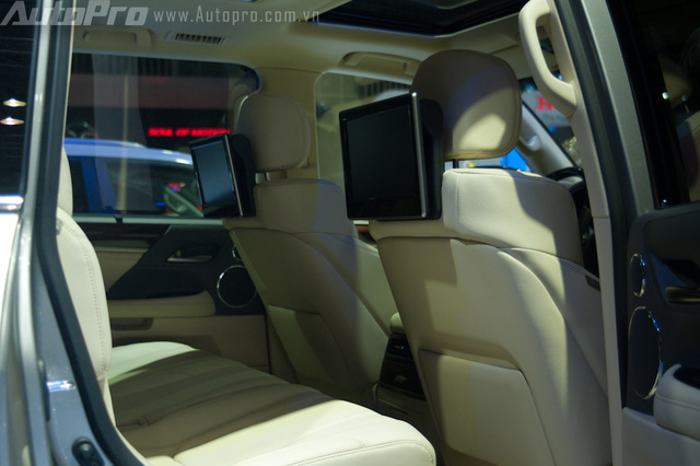 Hàng ghế sau nổi bật với hai màn hình giải trí 11,6 inch gắn trên tựa đầu ghế trước.