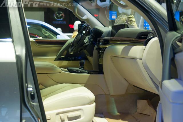 LX570 2016, còn được trang bị đèn LED cảm ứng trần xe, cửa sổ trời, chức năng sạc không dây cho điện thoại thông minh, hộc làm mát, chức năng HUD hiển thị thông tin lên kính lái. Hệ thống điều hòa Lexus Climate Concierge, chức năng tự động bật tắt chế độ sưởi hàng ghế sau hay tự sưởi ấm vô lăng.