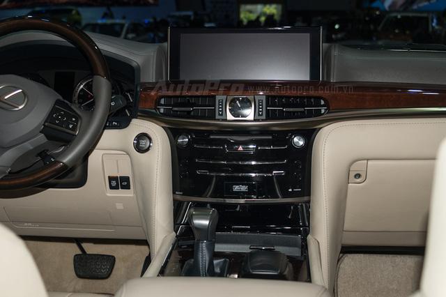 Bảng điều khiển trung tâm nổi bật với màn hình giải trí cỡ lớn 12,3 inch, phía dưới là đồng hồ dạng LED.