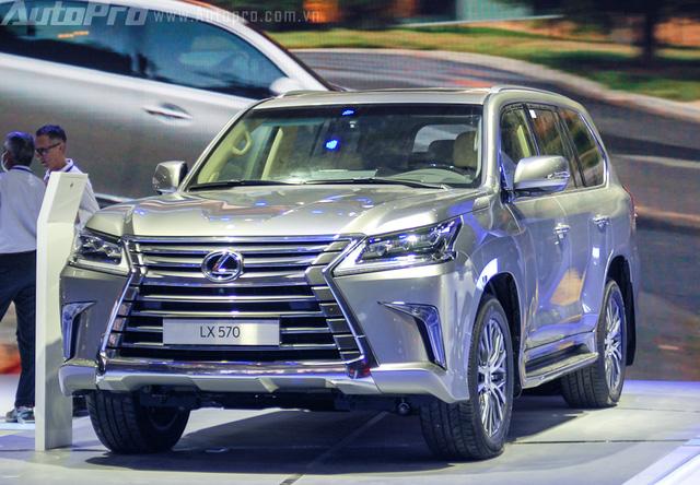Ở phiên bản 2016, LX570 nổi bật với cụm đèn pha ma mị với 3 bóng LED, dãy đèn LED chiếu sáng ban ngày hình chữ L hay ốp đèn sương mù mạ crôm hình Boomerang. Bên cạnh đó, xe sở hữu lưới tản nhiệt hình con suốt cỡ lớn, đây cũng là phong cách đặc trưng của những sản phẩm Lexus thế hệ mới. Trong khi đó đuôi xe gây ấn tượng mạnh với đèn hậu hình chữ L lạ mắt.