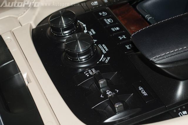 Hãng xe đến từ Nhật Bản, trang bị cho LX570 2016, 5 chế độ lái bao gồm Normal, Eco, Comfort, Sports hay Sports +. Ngoài ra, xe còn trang bị chế độ lựa chọn địa hình Multi Terrain Select giúp chiếc SUV hạng sang có thể vượt qua dễ dàng những đoạn đường hiểm trở gập ghềnh.