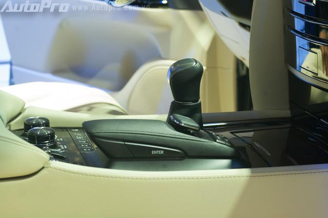 Hộp số tự động 8 cấp mới, bên cạnh là cụm phím touchpad điều khiển hệ thống giải trí.
