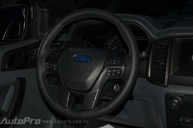 Vô lăng thiết kế đầm chắc, cùng vô số nút bấm giúp người lái dễ dàng thao thác ngay trên tay lái.