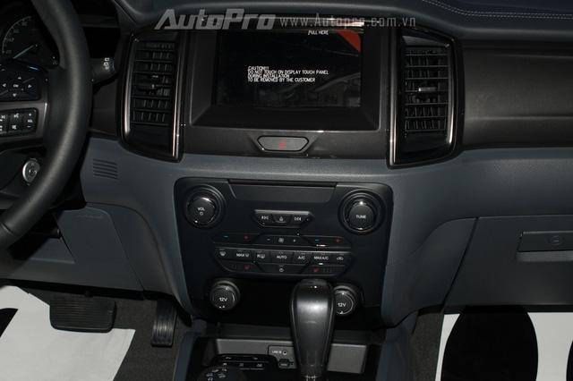 Táp lô của Ford Everest thế hệ mới nổi bật với màn hình cảm ứng trung tâm 8 inch, kết hợp cùng hệ thống điều khiển bằng giọng nói SYNC2.